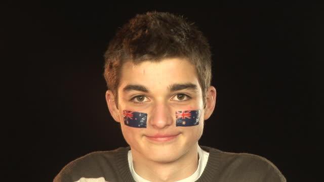 vídeos de stock e filmes b-roll de patriótica do sexo masculino sorridente australiano-hd & pal - soccer supporter portrait