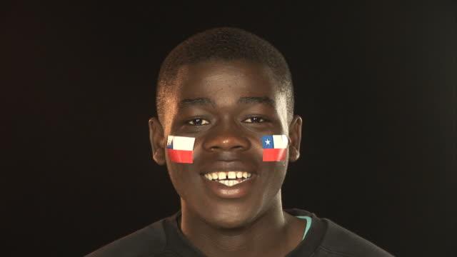 vídeos de stock e filmes b-roll de sorridente patriótica chile masculino-hd & pal - soccer supporter portrait
