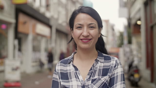 stockvideo's en b-roll-footage met lachende mensen video headshots - woman smiling