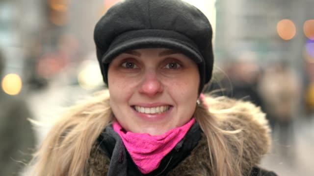 stockvideo's en b-roll-footage met glimlachend portret van mooie blonde jonge vrouw in de stad - portrait background
