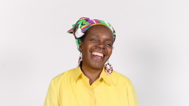 웃 고 은퇴 headscarf 고위 여자 - white background 스톡 비디오 및 b-롤 화면