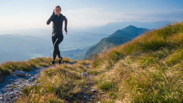 ler löpare kör över steniga stigar och gräsbevuxna sluttningar - jogging hill bildbanksvideor och videomaterial från bakom kulisserna