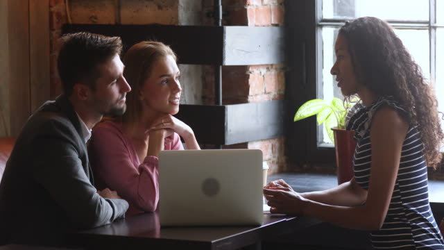 vídeos de stock e filmes b-roll de smiling saleswoman insurer real estate agent consulting spouses. - casal jovem