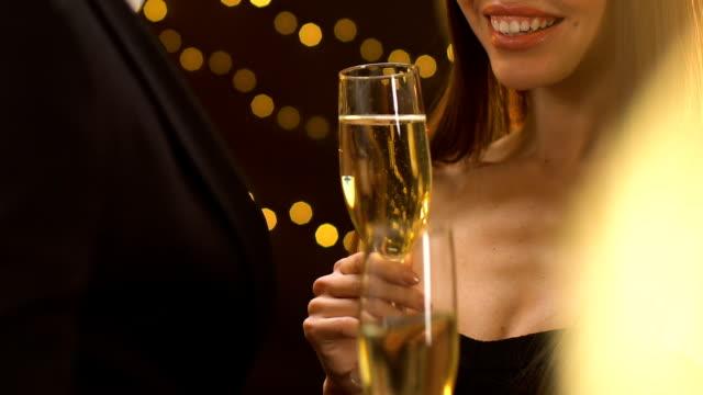 stockvideo's en b-roll-footage met glimlachende verleidelijke dame holding glas met champagne en flirten met de mens, party - verleiding