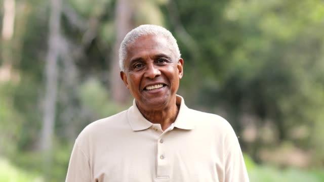 smiling senior black man outdoors - sorriso aperto video stock e b–roll
