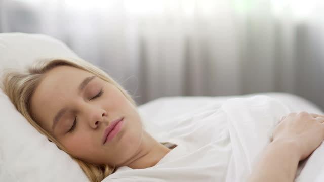 uśmiechnięta nastoletnia dziewczyna budzi się, początek letnich wakacji, szczęśliwy poranek - happy holidays filmów i materiałów b-roll