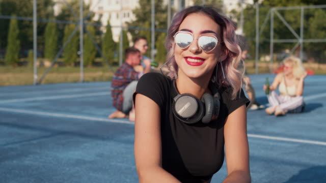 stockvideo's en b-roll-footage met lachende stedelijke jonge vrouw - 25 29 jaar