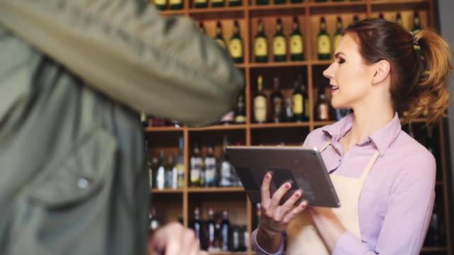 vidéos et rushes de serveuse souriante prenant la commande du client - relation client