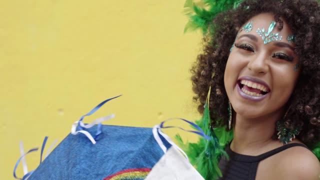 vídeos y material grabado en eventos de stock de mujer sonriente celebrando el carnaval en pernambuco, brasil - martes de carnaval
