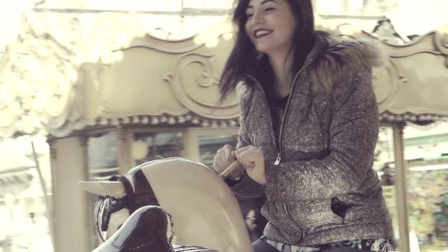 微笑的婦女有樂趣在傳送帶-慢動作 - 休閒器具 個影片檔及 b 捲影像