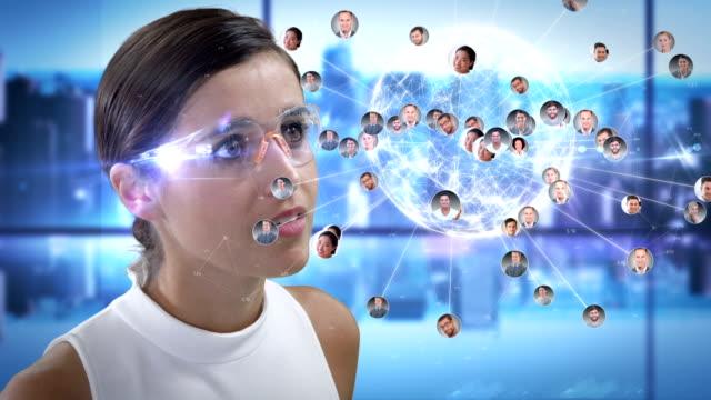웃는 여자는 미래형 안경을 사용 하 여 비디오