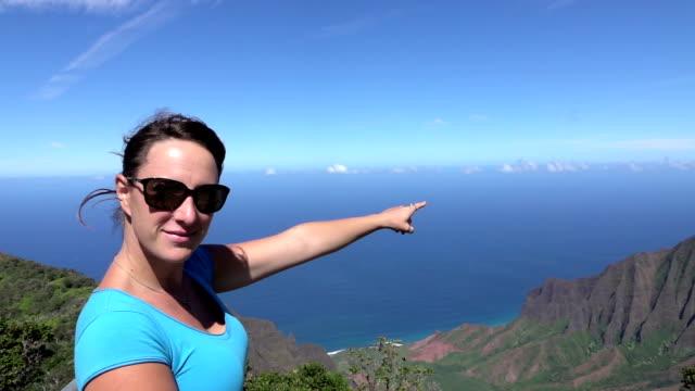SLOW MOTION: Souriant au sommet de la montagne vers l'océan - Vidéo