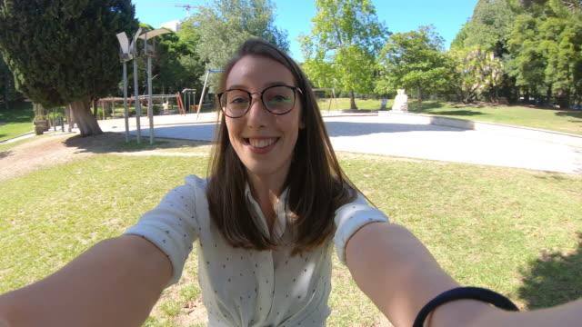カメラを持ちながら回転する笑顔の女性 - くるくる回る点の映像素材/bロール