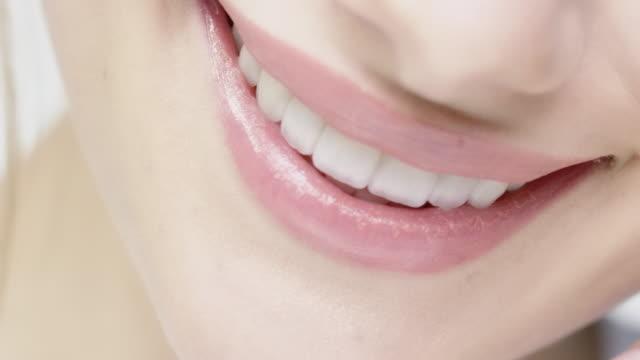 vídeos y material grabado en eventos de stock de sonriente mujer con los labios brillantes y ojos azules - sonrisa con dientes