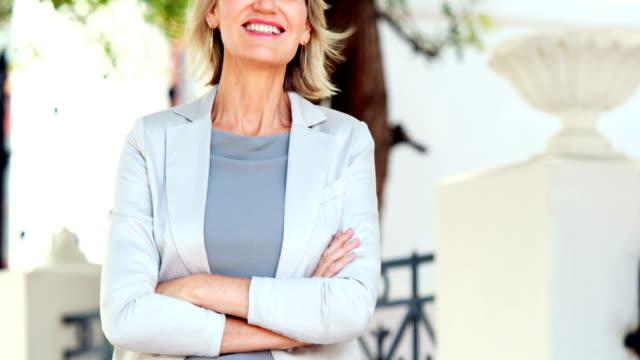 donna sorridente con il pollice in su - blazer video stock e b–roll