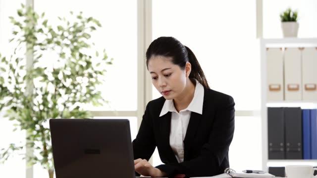 コンピューターで入力する笑顔の働く女性 - pc 画面点の映像素材/bロール