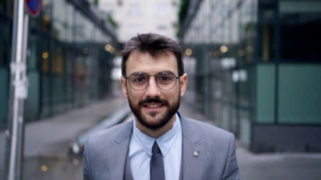 leende ung affärsman - endast en man i 30 årsåldern bildbanksvideor och videomaterial från bakom kulisserna