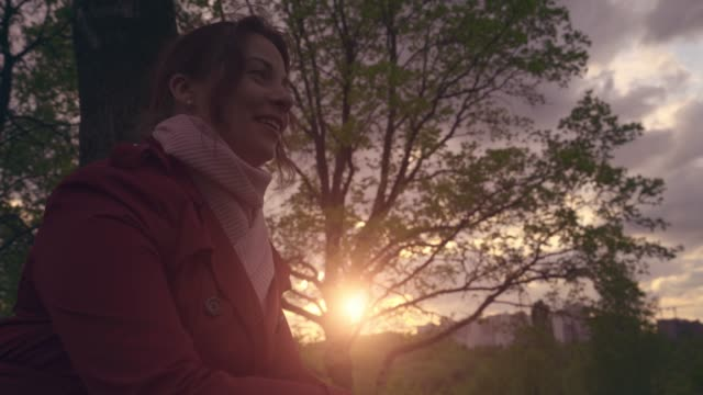 vídeos de stock e filmes b-roll de smiling young pretty woman portrait at sunset light outdoor close up - só mulheres jovens