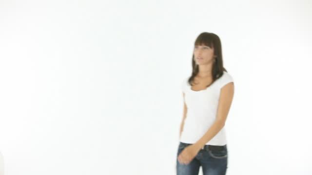 Sorridente giovane donna contro sfondo bianco - video