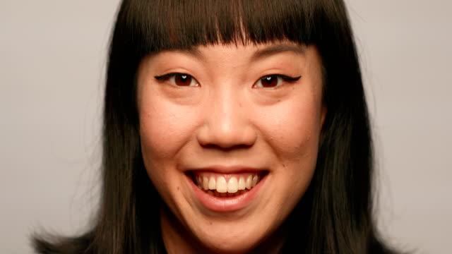 笑顔の若い女性を白背景 - スタジオ 日本人点の映像素材/bロール
