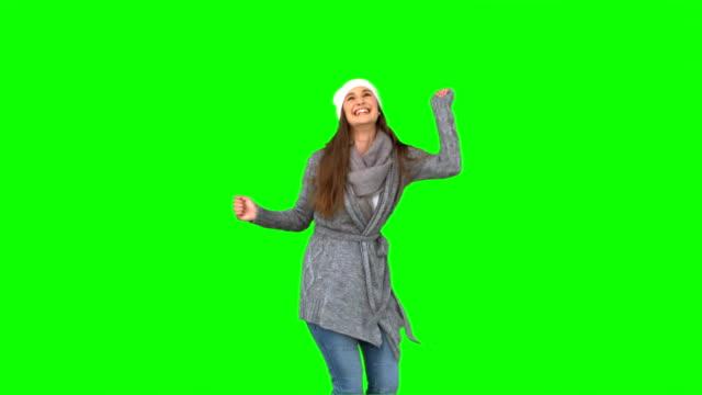 sorridente giovane donna danza - abiti pesanti video stock e b–roll