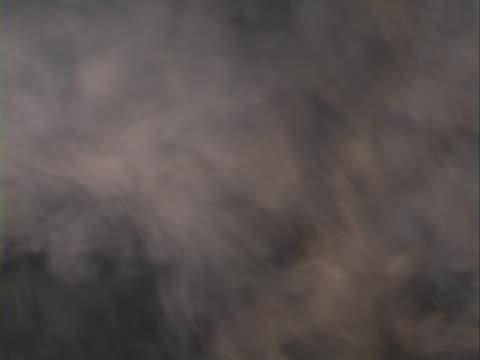 dym na czarnym tle - opis fizyczny filmów i materiałów b-roll