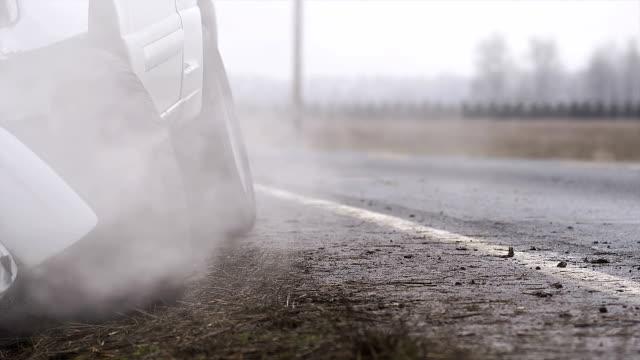 rök böljor från en nyligen kraschade pickup - bilolycka bildbanksvideor och videomaterial från bakom kulisserna