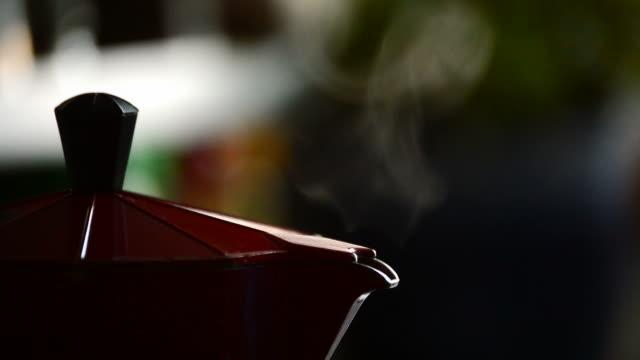 Fumée sortant du vieux moka café bouchent - Vidéo