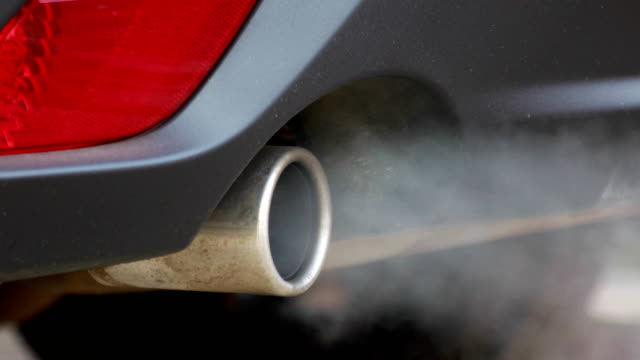 vídeos de stock e filmes b-roll de smoke coming out of the car exhaust pipe - vapor