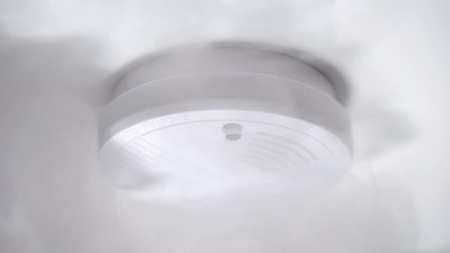 stockvideo's en b-roll-footage met rookmelder of brand alarm systeem op plafond. - alarm, home,
