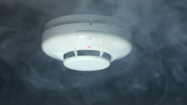 czujnik dymu  - niebezpieczeństwo filmów i materiałów b-roll