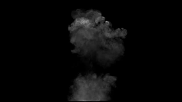 vídeos de stock e filmes b-roll de fumo cogumelo explosão e crescendo up - bomba