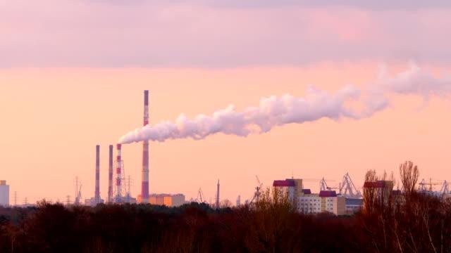 rauch strömt aus dem schornstein in der fabrik in 4k - giftstoff stock-videos und b-roll-filmmaterial