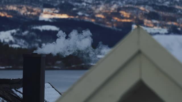 stockvideo's en b-roll-footage met rook van een schoorsteen - schoorsteen
