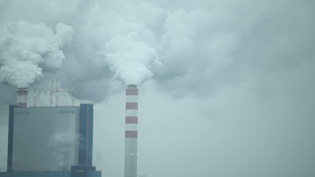 stockvideo's en b-roll-footage met rook uit de schoorsteen van een elektriciteitscentrale - {{asset.href}}