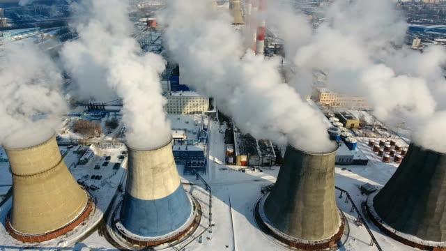 stockvideo's en b-roll-footage met roken van schoorstenen op een thermische elektriciteitscentrale. drone schot. - schoorsteen