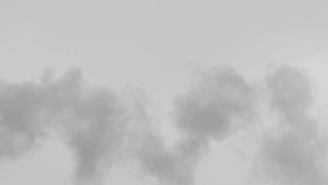 vídeos de stock, filmes e b-roll de fumaça da chaminé alta da antiga fábrica. - alto descrição geral