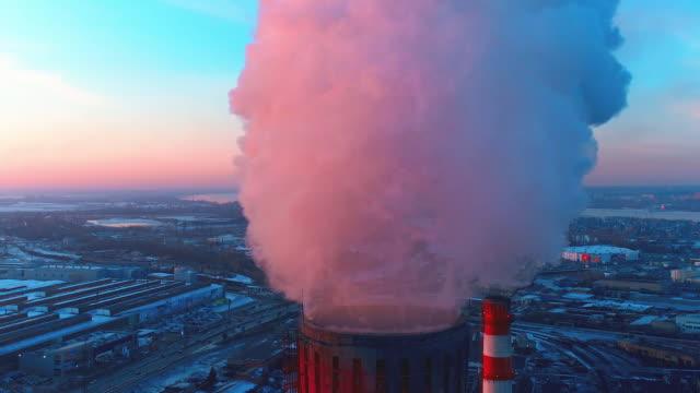 stockvideo's en b-roll-footage met rook van de industriële leidingen op stads achtergrond - schoorsteen