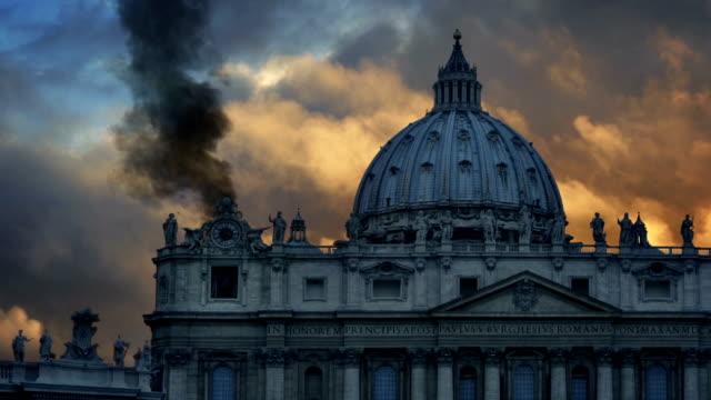 rök från vatikanen signalering omröstningen om påven - påve bildbanksvideor och videomaterial från bakom kulisserna