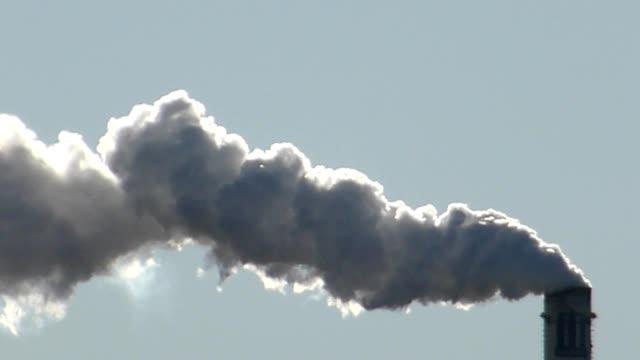 дым из трубы на промышленных дыма - дымоход стоковые видео и кадры b-roll