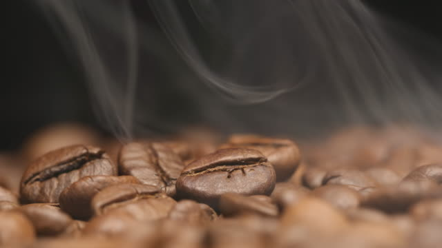 macro: smoke over a roasted coffee beans (slow motion) - prażony filmów i materiałów b-roll