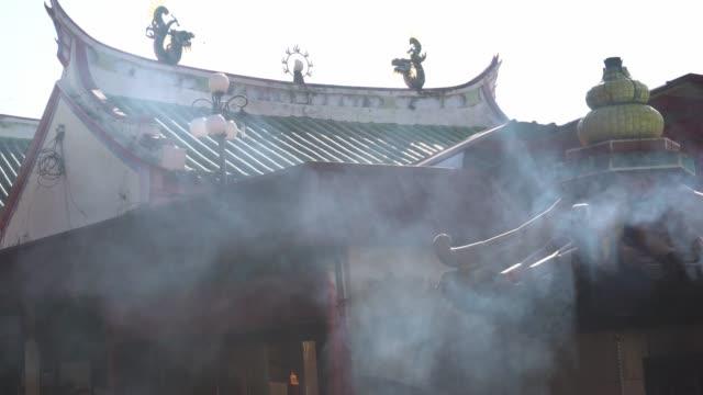 rauchabzug aus ofen durch brennen von joss-stick - religiöses symbol stock-videos und b-roll-filmmaterial