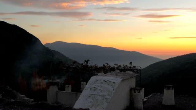 煙ライジング煙突からの夕暮れ時には、スペイン、アンダルシア alpujarras ます。 - カリフォルニアシエラネバダ点の映像素材/bロール