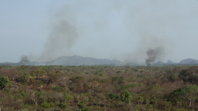 smoke rising from fires burning across african countryside - sudan del sud video stock e b–roll