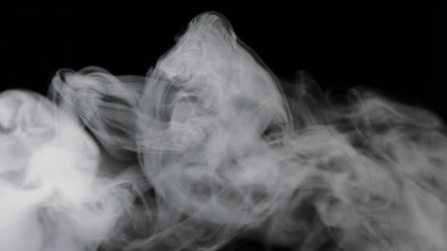 vídeos y material grabado en eventos de stock de humo girando sobre negro - pegajoso