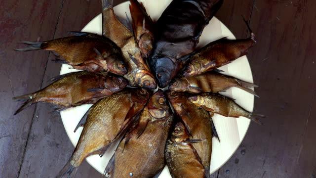 smoked fish food. turntable. - karp filmów i materiałów b-roll