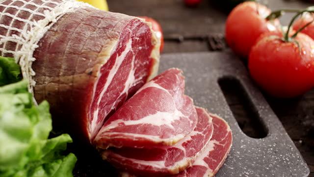 vídeos de stock e filmes b-roll de presunto defumado - meat texture