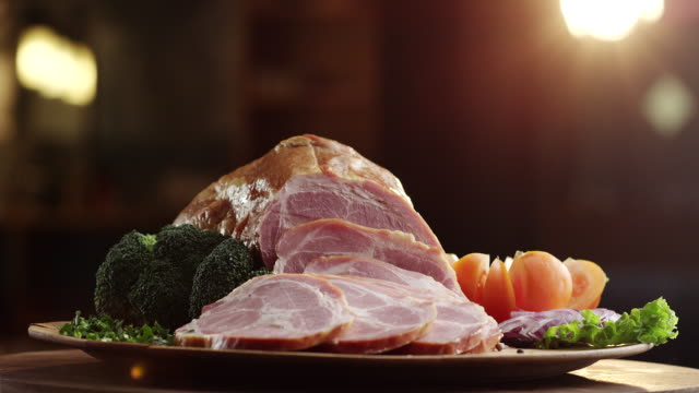 vídeos de stock e filmes b-roll de smoked ham with green salad, onion, broccoli and tomato - presunto