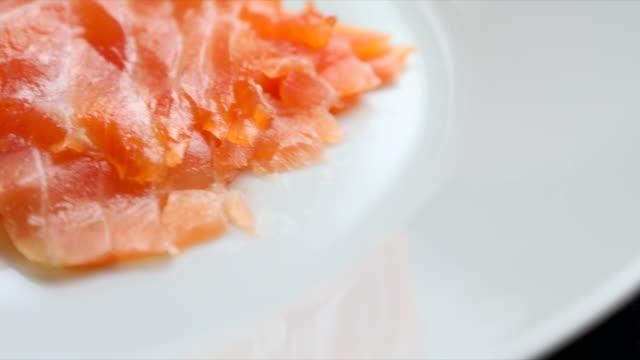 Geräucherter Lachs hoch im gesunden Omega-3-Fettsäuren – Video
