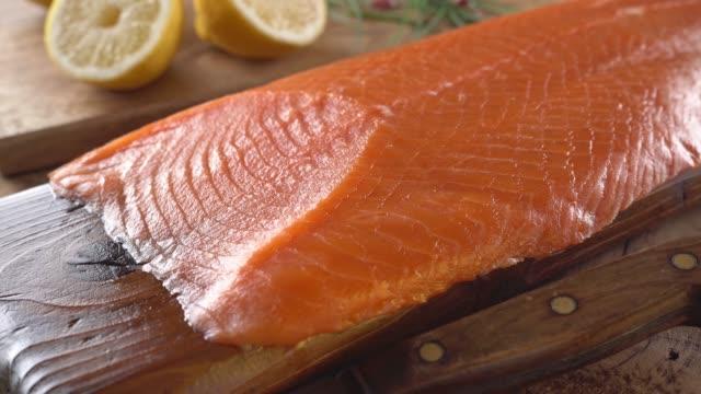 vídeos y material grabado en eventos de stock de salmón ahumado en el tablón de cedro - tablón